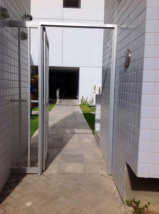 Porta de entrada do Edificio com guarita de segurança 24h.