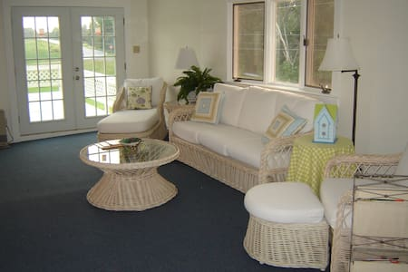 Stay on the Lake! 2bd on the Water, Lg Deck, W/D - Grand Isle - Apartment