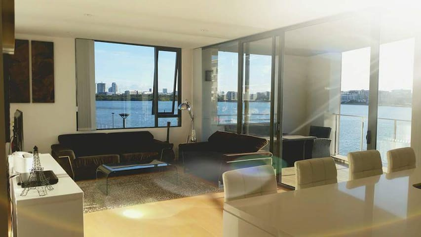 Waterfront luxurious apartment in central location
