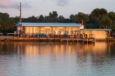 Waterfront studio & dock sleeps 2 - Oak Hill - Hytte