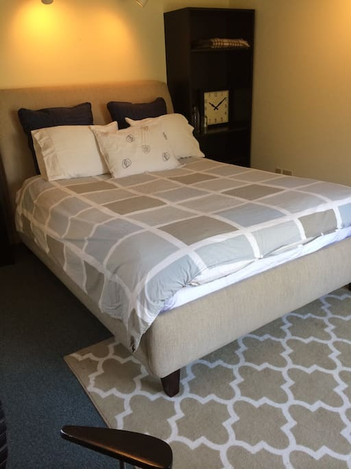Queen bed, down comforter, area rug, cozy private cottage