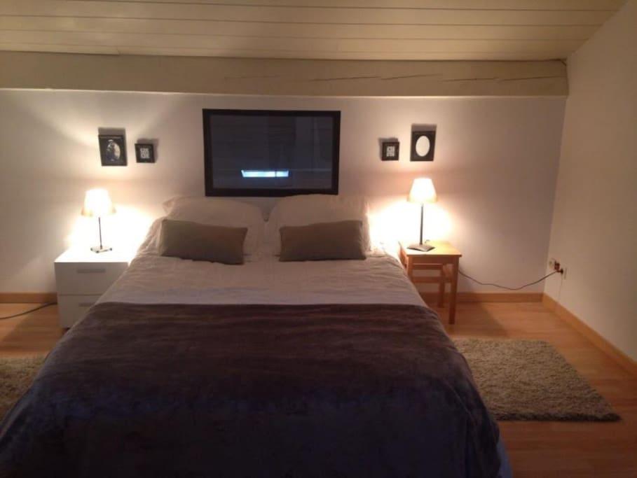 chambre avec lit pour 2 personnes à l'étage