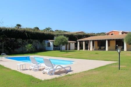 Villa bifamiliare con piscina - Tertenia - วิลล่า
