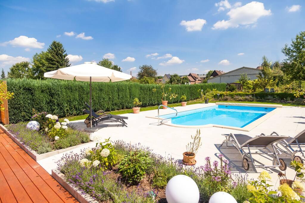 Urlaubsidylle im Gemeinschaftsgarten mit Pool genießen