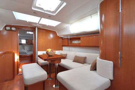 Accommodation and sailing in Athens