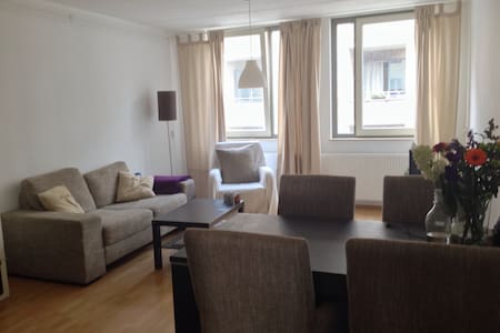 Private Room with FREE PARKING - Apartament
