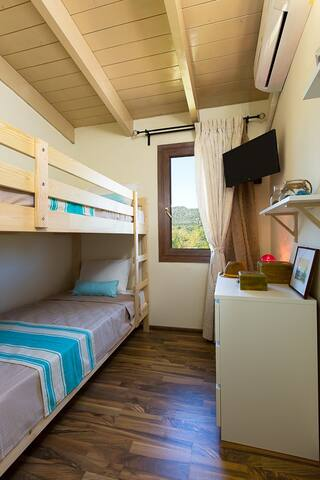 Twin bedroom upstairs ideal for children!
