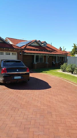 Big Family home with pool - Ballajura - Bed & Breakfast