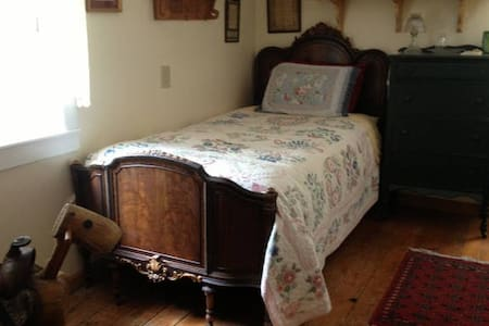 Amazing Grace B&B: Daffodil Room - Ithaca - Bed & Breakfast