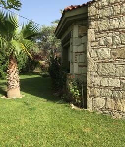Ağaclı,çiçekli bir bahçe.Taş ev ... - Urla - Vila