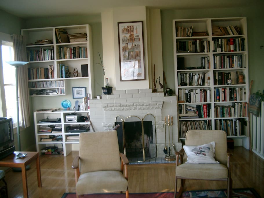 Living room, fireplace, books, stereo and TV.  View over the west:  sunrise, sunset, spectacular outlook.