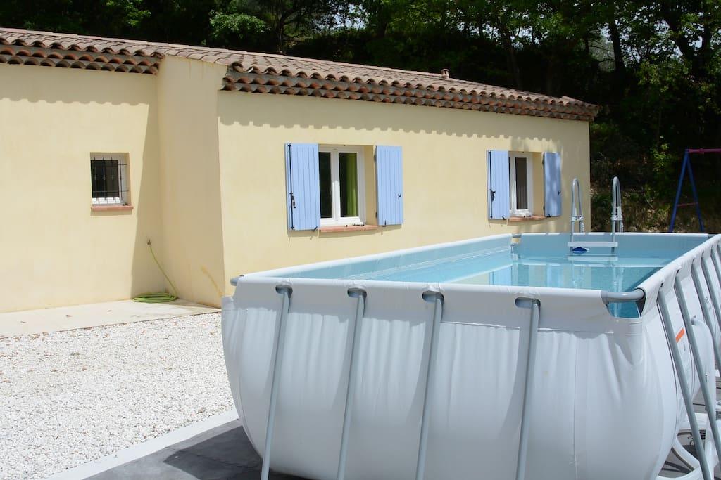 moment détente dans un espace piscine agréable