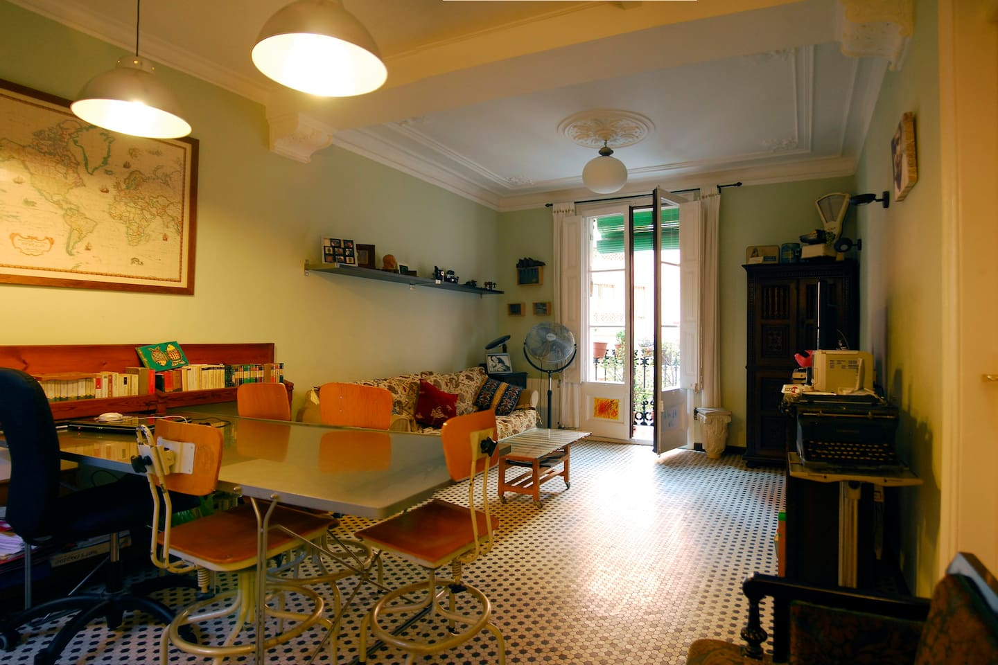 Just a heartbeat away from Ramblas, in this modernist  apartment is waiting for you a double room.