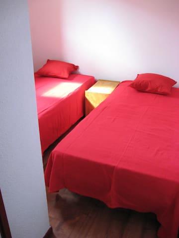 Chambre du bas avec 2 lits individuels