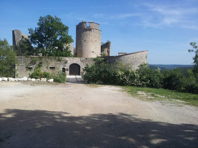 """Château de Roussillon """"le studio"""" - Saint-Pierre-Lafeuille - Şato"""