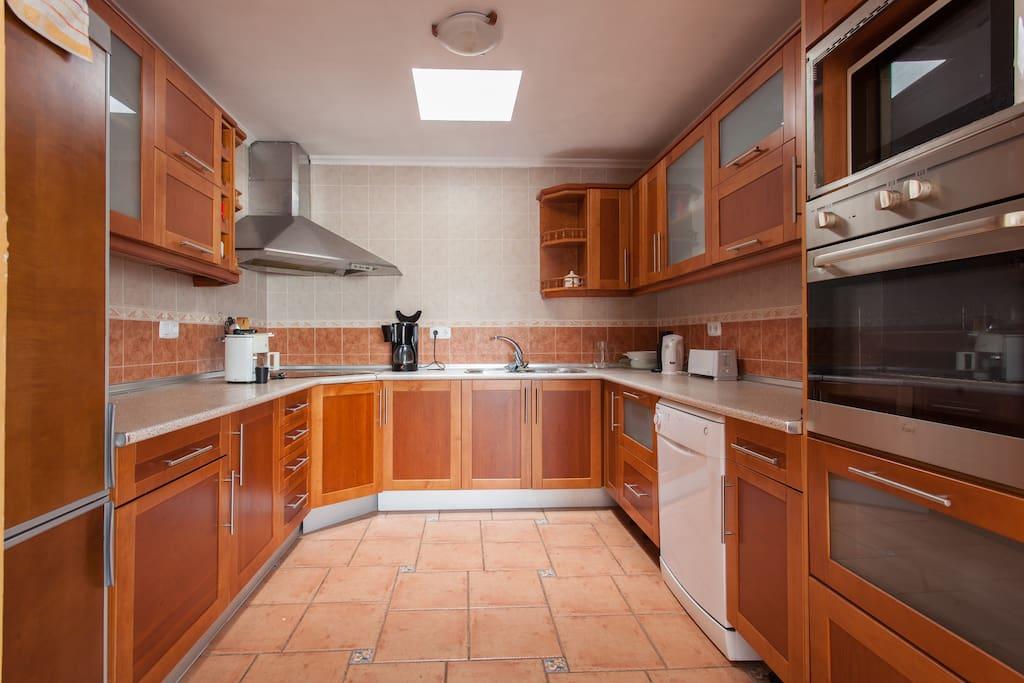 Cocina con cafetera, horno y microondas