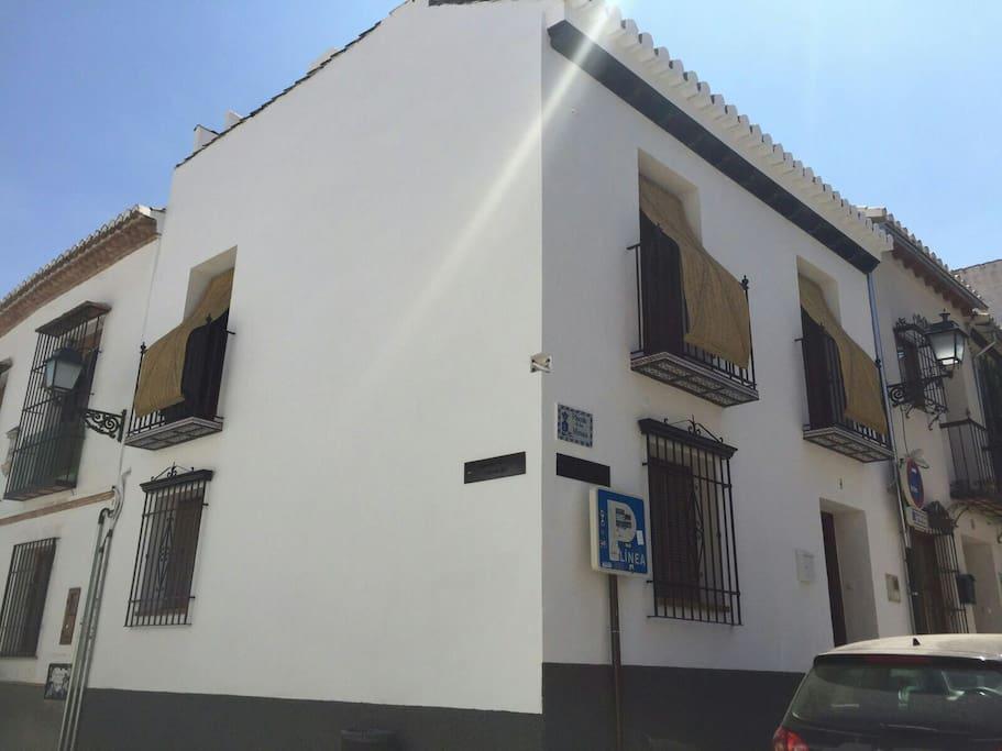direccion izquierda de la foto, a un minuto el conocido Mirador de San Nicolas, con las mejores vistas de la Alhambra, y hacia la derecha a diez minutos andando al centro de Granada, Gran Via y la Catedral. zona video vigilada.