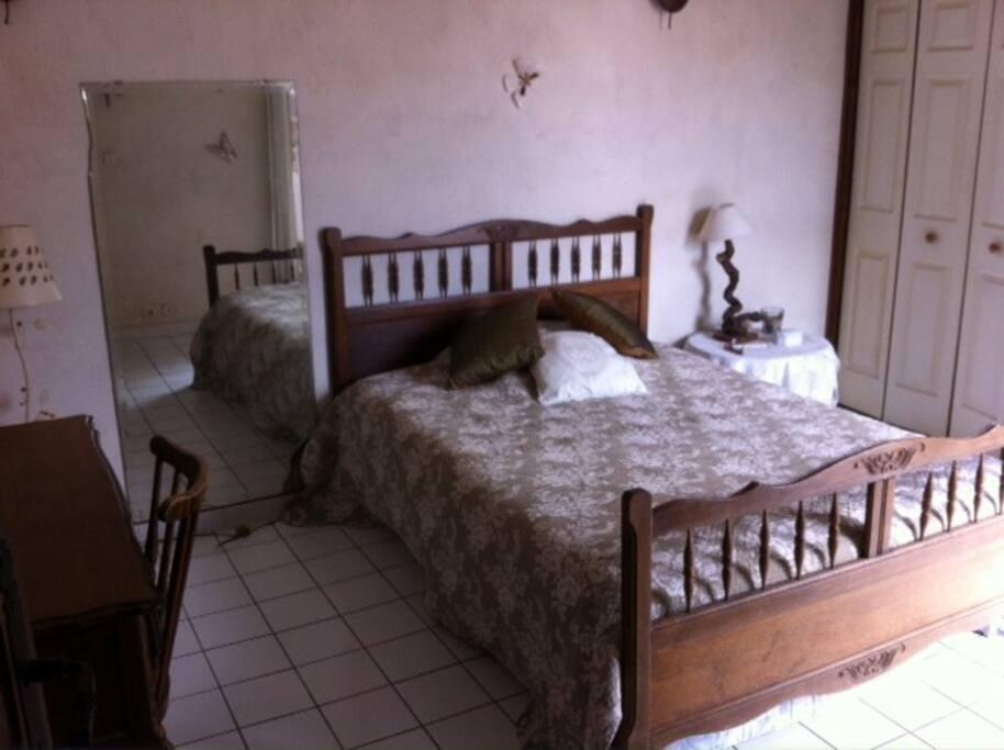 chambre claire au charme ancien donnant sur la terrasse