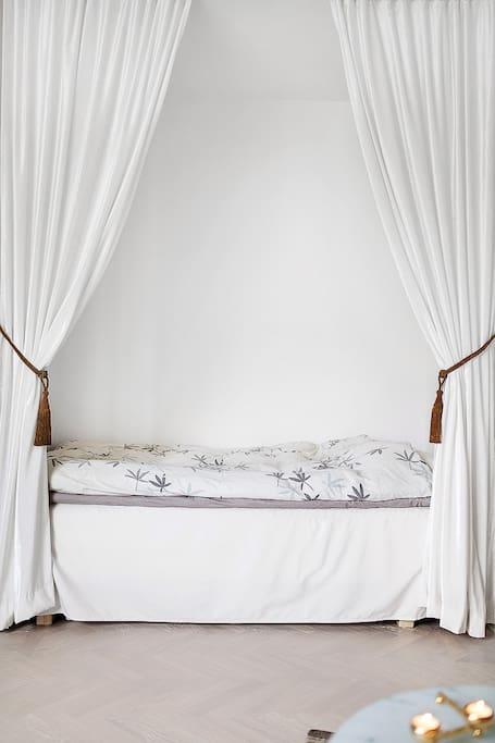 Avgränsad sovalkov med 120 cm säng (vardagsrum)