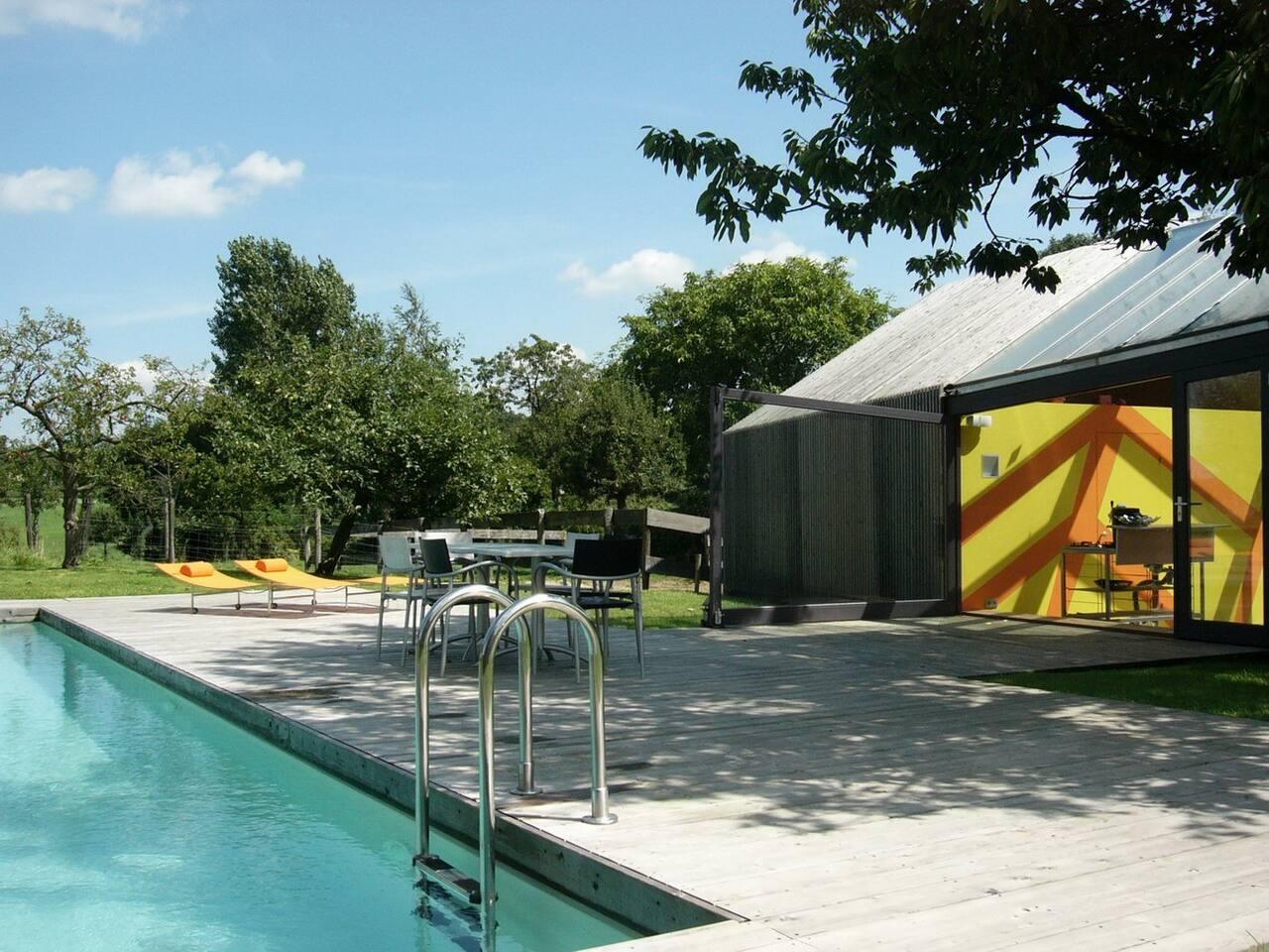 Het vakantiehuis met terras en zwembad voor de deur