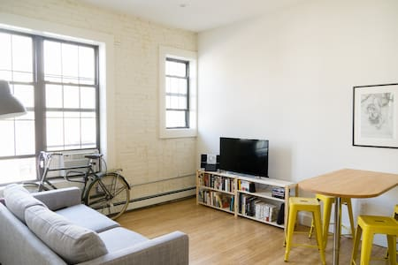Sunny Room with Private Balcony - Brooklyn - Apartment