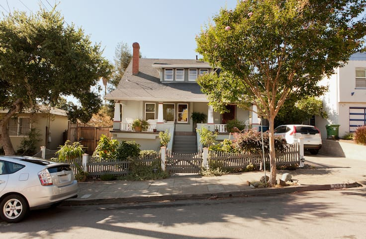 Charming 100 year old california bungalow bungalow in for Casa bungalow california