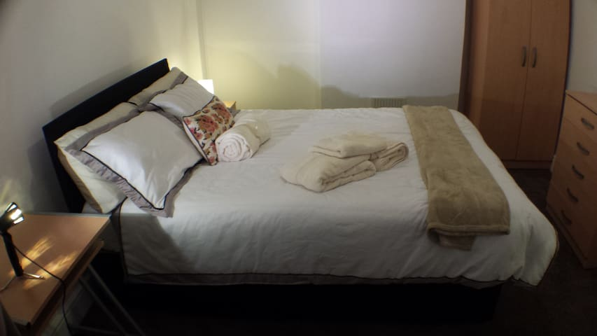 Crash Pad Big Bed Stopover - Shepperton - Dom