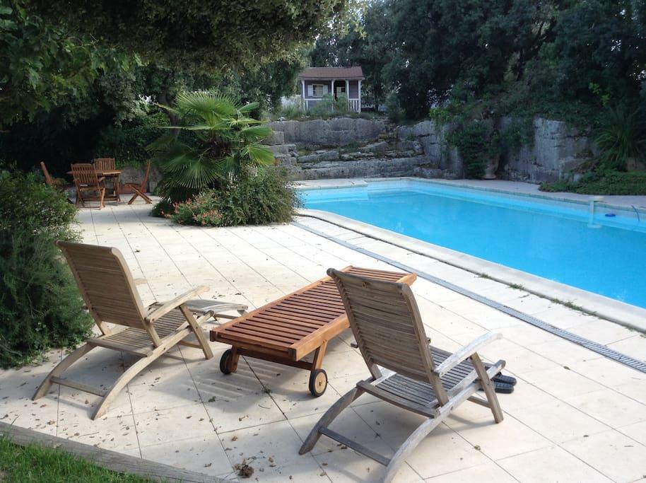 La piscine de 12 m de long est taillée dans une ancienne carrière de pierre calcaire.