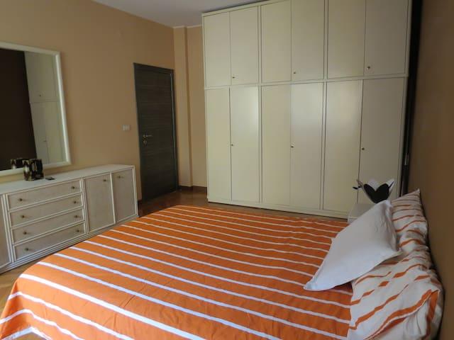 Tavolo Allungabile A Spicchi.Airbnb Milano Vacation Rentals Places To Stay Lombardia