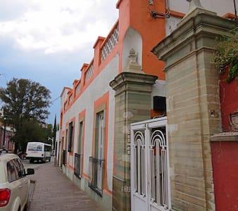 Amplia y comoda casa en avenida principal centro - Guanajuato - House