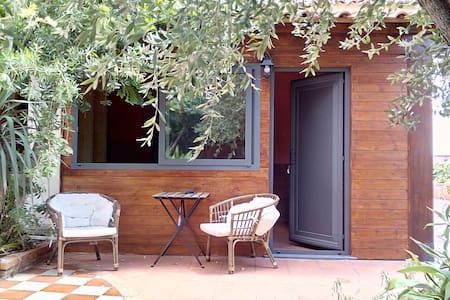 Dependance con giardino in villa Etna-mare 2 km. - อชีเรอาเล