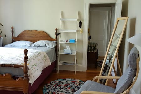 Cozy room - connections and parking - 알링턴(Arlington)