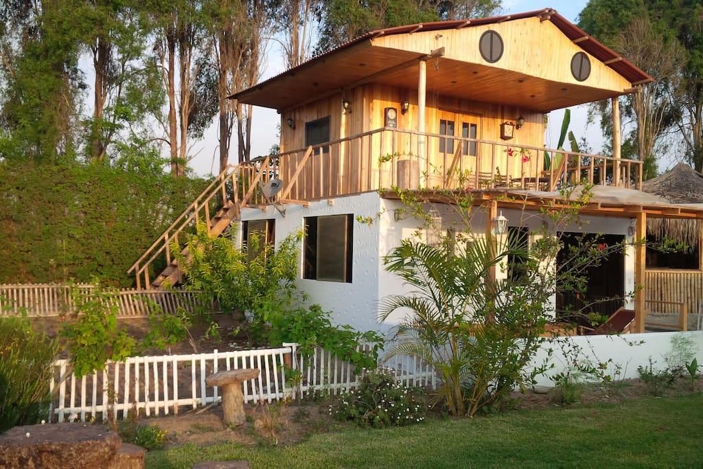 bungalow y cabaña en el segundo piso al costado de la casa principal