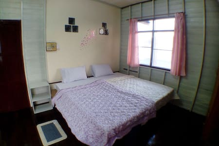 Wooden BR Double Bed near Elephant Roundup - ตำบล ในเมือง - Bed & Breakfast