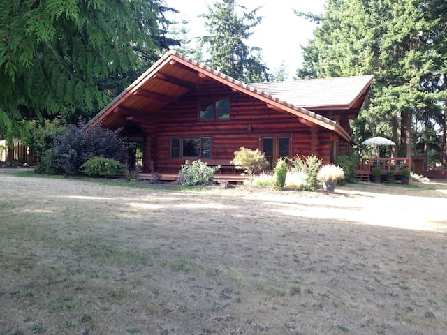 Spacious Log Cabin Home - Anacortes - Hus