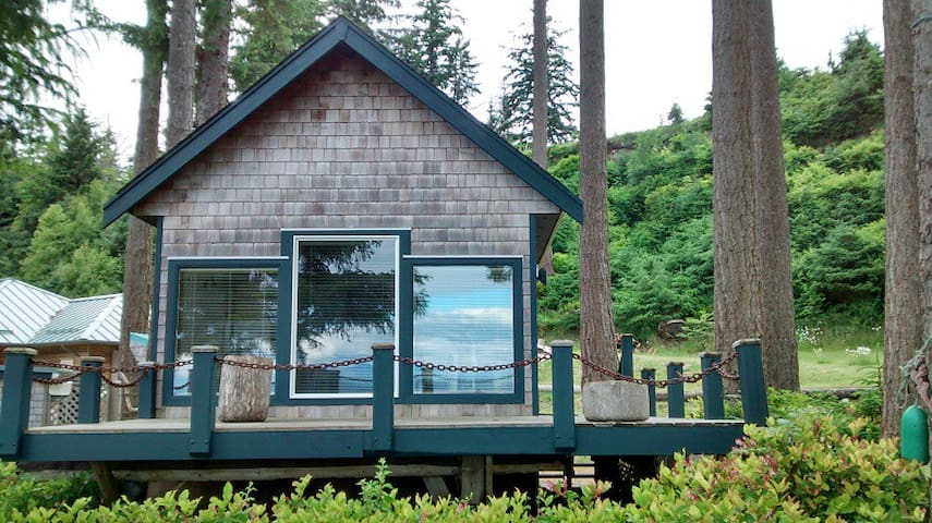 Ocean Waterfront Beach Cottage - Quathiaski Cove - Cabaña