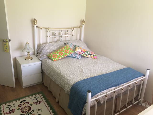 Warm, clean , welcoming double room - Queens Park - Rumah