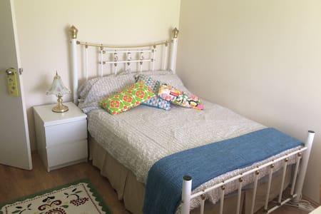 Warm, clean , welcoming double room - Queens Park