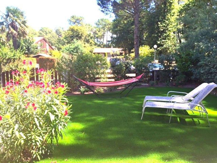 Jardin agréable donnant sur une place arborée et calme
