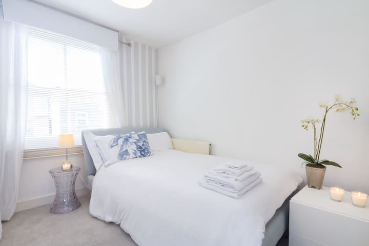 Fab double with stylish hotel bed! - Londra