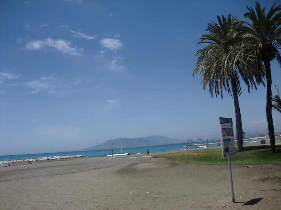 Playa de el Palo, a pie del apartamento. Ideal para niños, cuenta con grandes espigones que hacen que la playa no sea muy honda.