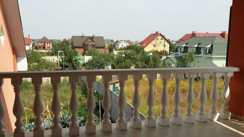 Room close to city n aeroport - Brovary - House