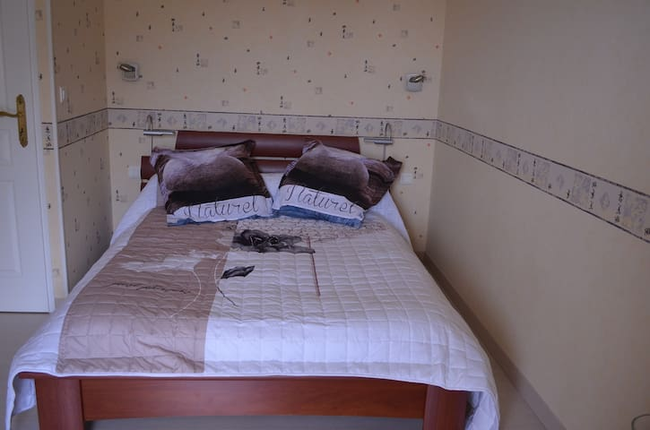 loue chambre chez l'habitant - Le Lédat - House