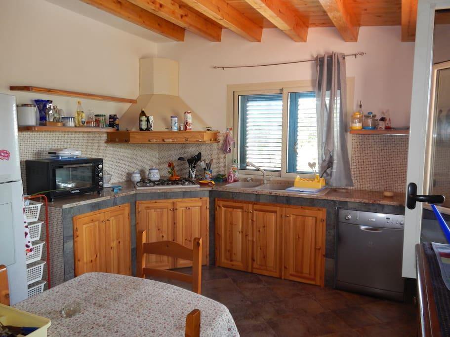 Ampia cucina, funzionale, luminosa ed abitabile