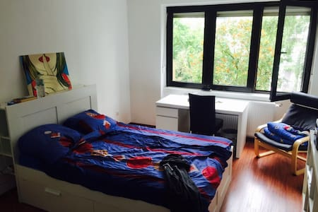 Cosy, quiet room in a cool area - Frankfurt - Wohnung