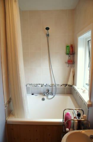 Downstairs bathroom with Japanese style ufuru (deep bath)