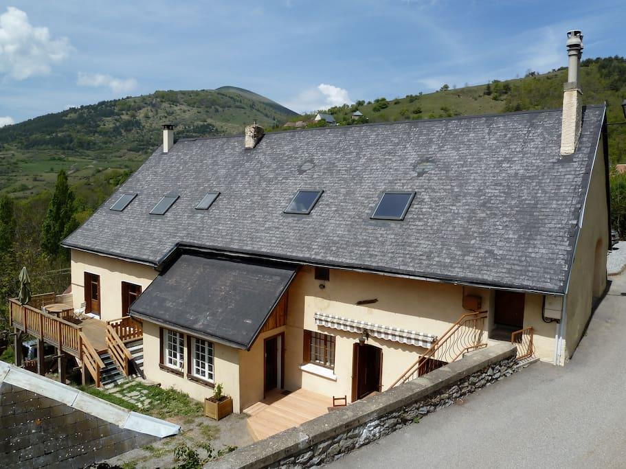 la maison vue du champs au dessus