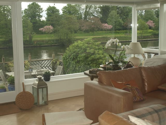 Top floor of house, own ensuite - Thames Ditton - Bed & Breakfast