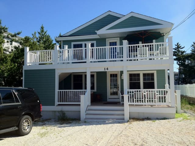 Renovated Home Steps from Ocean (Upstairs) - Barnegat Light - Pis