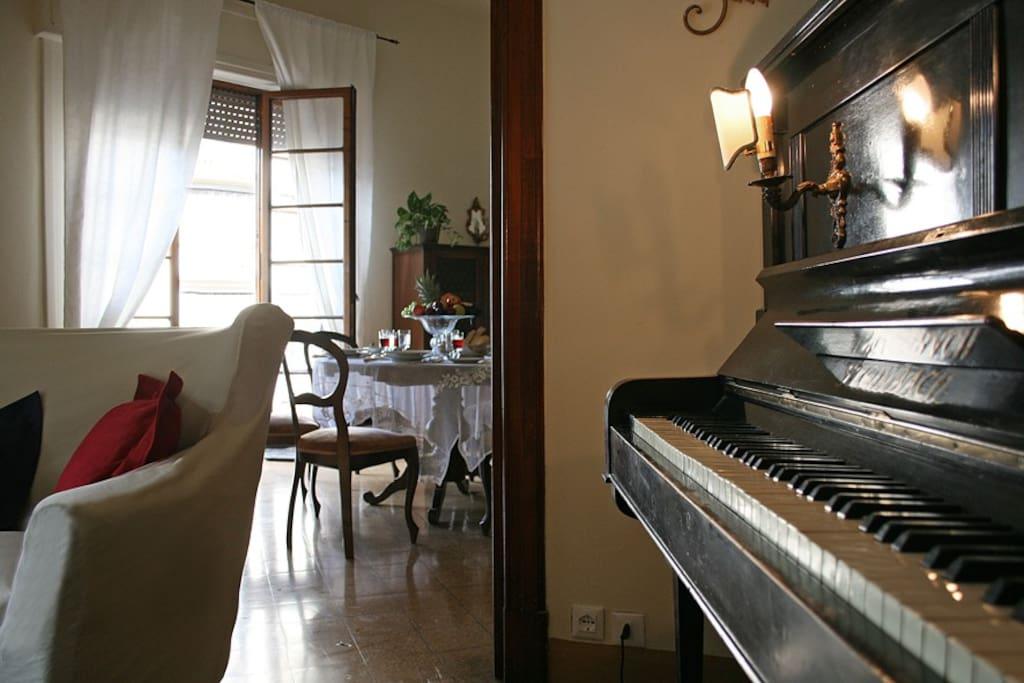 The piano in the living room. Il pianoforte nella grande sala